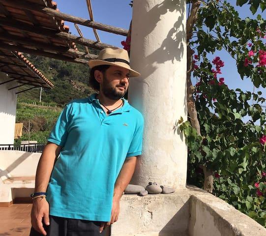 Gianluca, Docteur en Droit, il a fait le choix de retourner à la terre et de continuer le travail de ses ancetres. Il est un fervent defenseur des capres de Saline.