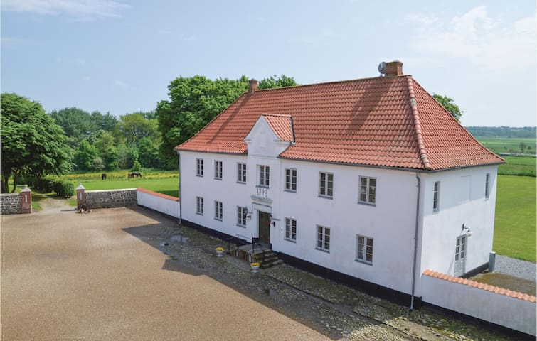 Holiday cottage with 7 bedrooms on 320 m²