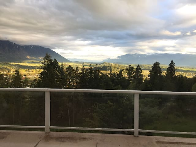 Spacious room overlooking the Creston Valley