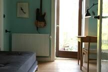 Gæsteværelse med tv og daybed (kan skilles ad til to separate madrasser)