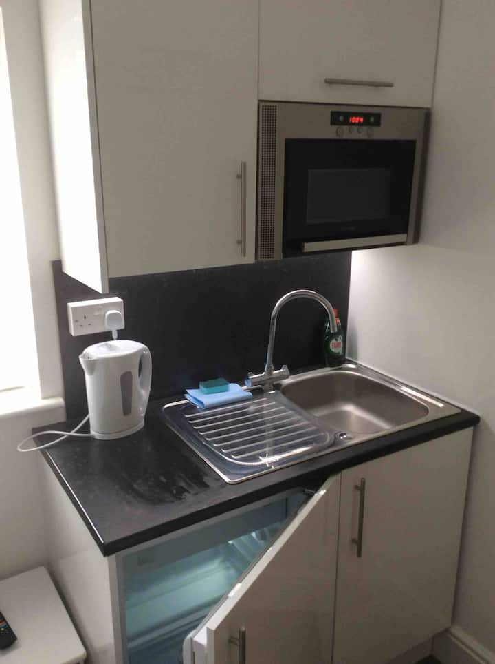 £25 single with ensuite and kitchenette #8
