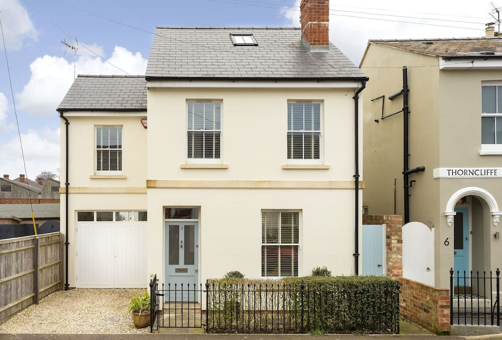 Moorend Townhouse is a quintessential townhouse residence situated near the centre of Cheltenham