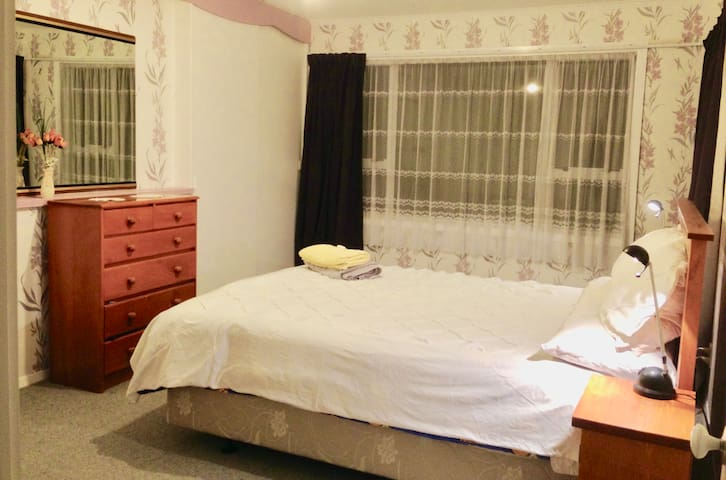 on Airport Bus route, 5 Mins drive from Airport - Christchurch - House