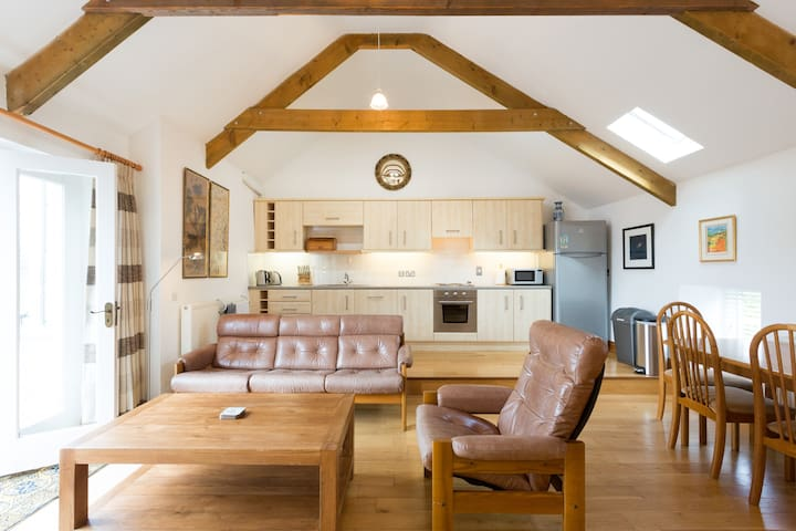 Converted stable/coach house in centre of Pembroke