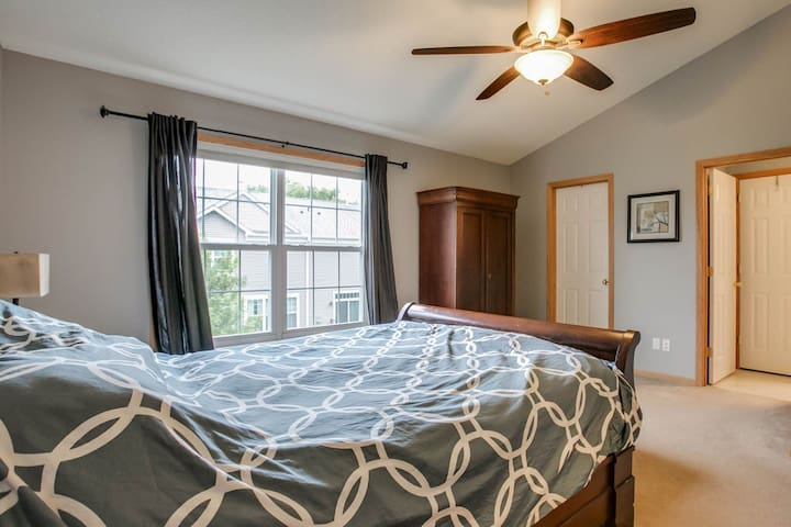 $700ShoreviewBlaine Master bedroom - Circle Pines - 連棟房屋