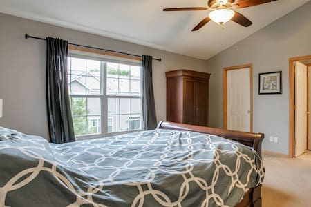 $700ShoreviewBlaine Master bedroom - Circle Pines - 連棟住宅