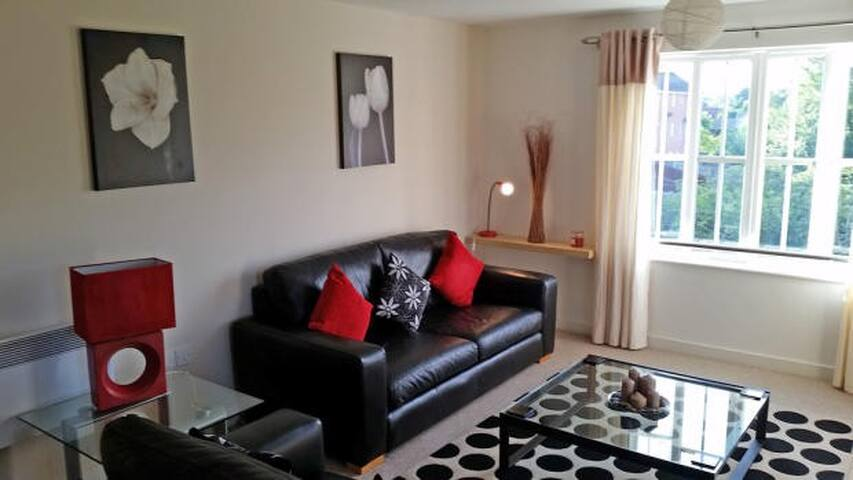 Smart Newcastle-under-Lyme apartment | 5m to town