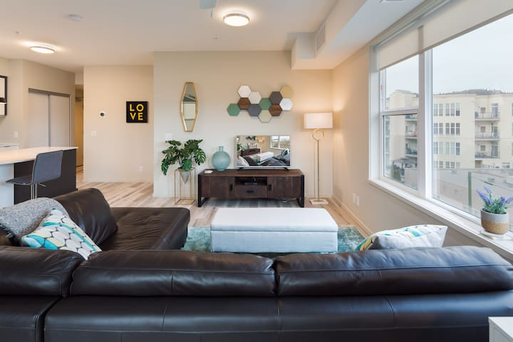 Amazing Location DT 2BR on Quiet Street w/ Parkade
