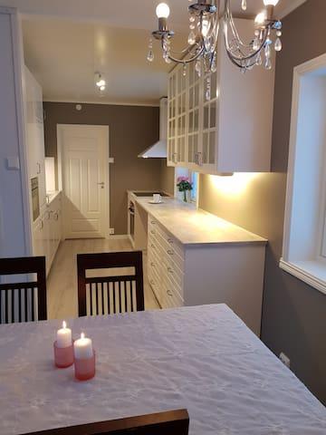 Enebolig  tre soverom,  god plass og nytt kjøkken!