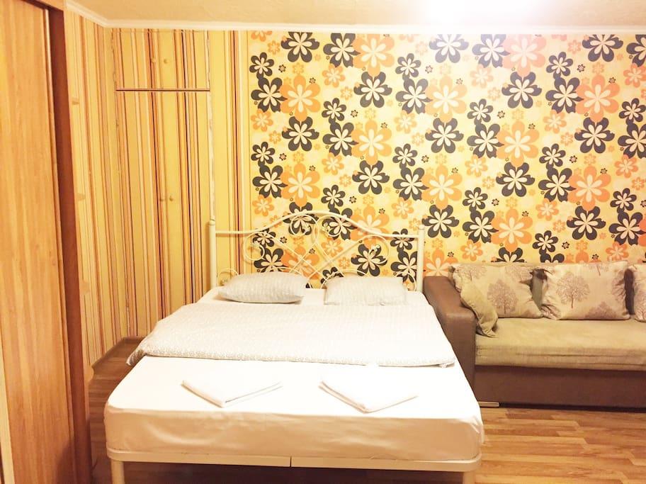 Большая удобная кровать пригодится после интересного и насыщенного дня)