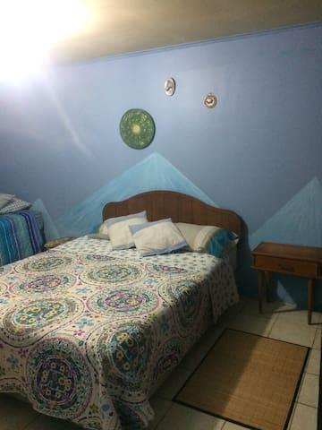 Amplio dormitorio principal: cama matrimonial y cómodo diván cama. Amplio closet. TV cable y wifi