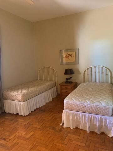 Suite #3 com 2 camas de solteiro. Este quarto possui uma poltrona que vira cama de solteiro.