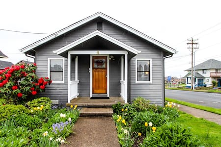 Cute, dog-friendly cottage w/ views in Nye Beach - walk to shops & the park