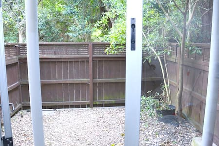 Private room with in-suite bathroom and small yard - Auckland - Townhouse