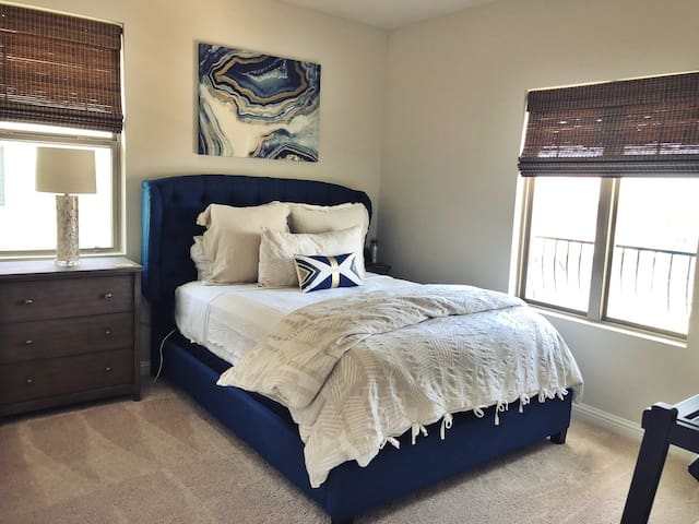 Private Loft, Bed/Bath minutes to downtown+airport