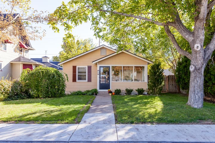 CHARMING HOME IN THE HEART OF DOWNTOWN PALISADE!