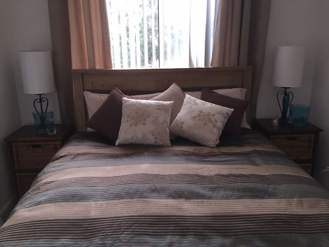 Pleasant room in quiet house with friendly people - Kellyville