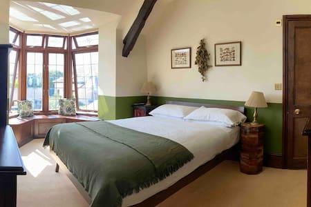 King en-suite room in 17th c. longhouse