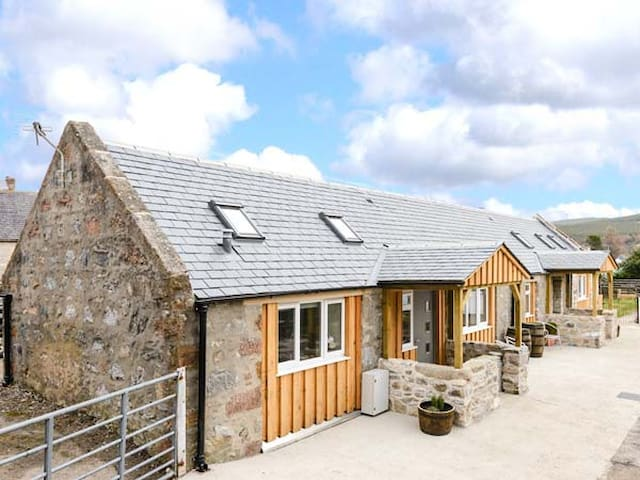 1 WEE-KALF, pet friendly, with a garden in Dufftown, Ref 918273