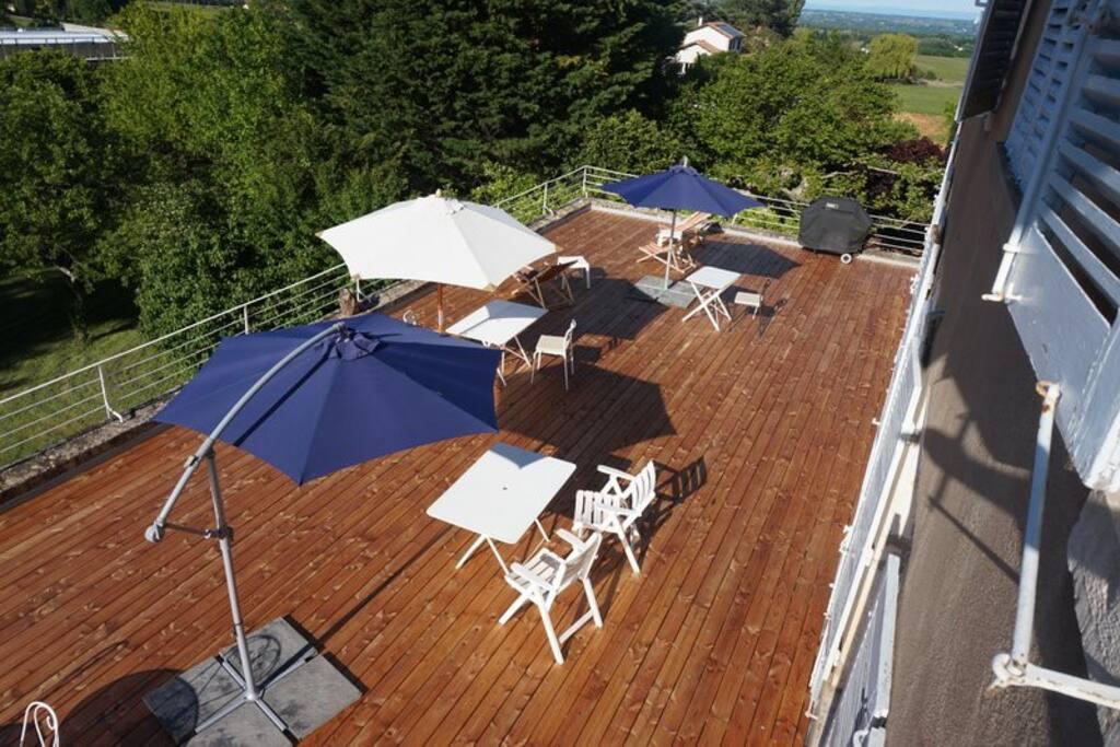 Terrasse de 120m² surplombant le jardin