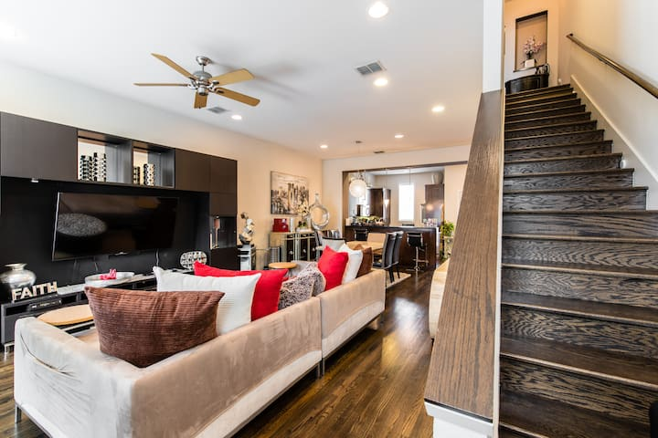 NEW!! Pristine 3-Level Condo With King-Size Bed