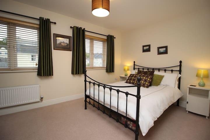 SPACIOUS AND COMFORTABLE BEDROOM + WIFI