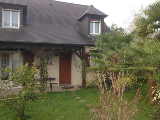Chambre dans maison située à 10mn de Laval