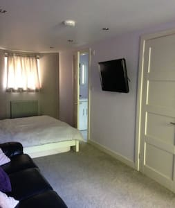 Double room with ensuite and separate entrance. - Sheffield