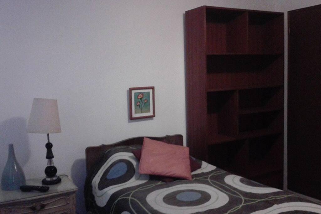 La habitacion ncluye lampara, y ropero / librero. Lamp and bookshelve / wardrobe included.
