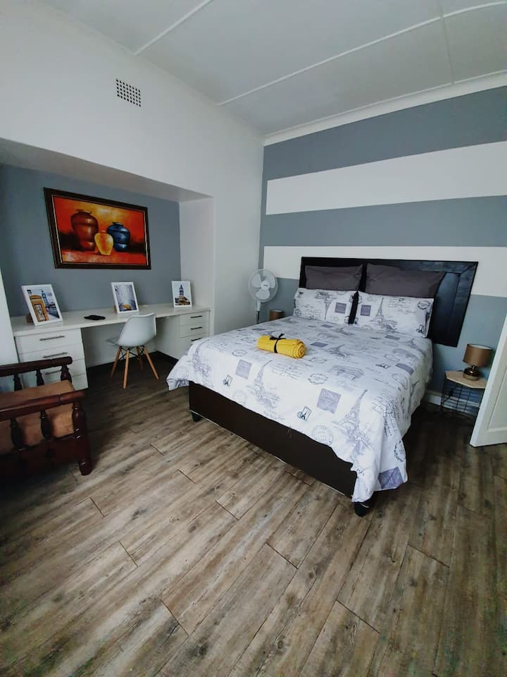 Yellow Room 3km from Festival Mall