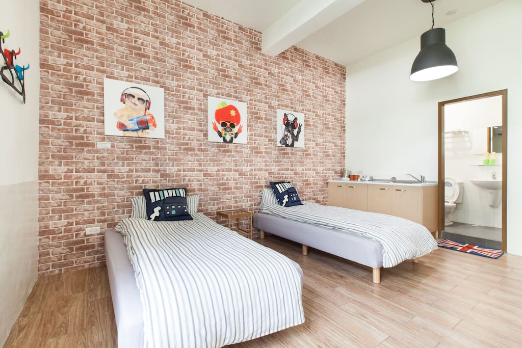 1房1獨立衛浴1陽台(於房內),兩張單人床,第三人可提供睡墊