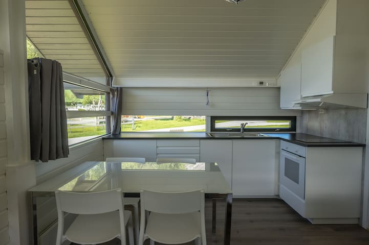 NEW renovated cabin, good location- riverside