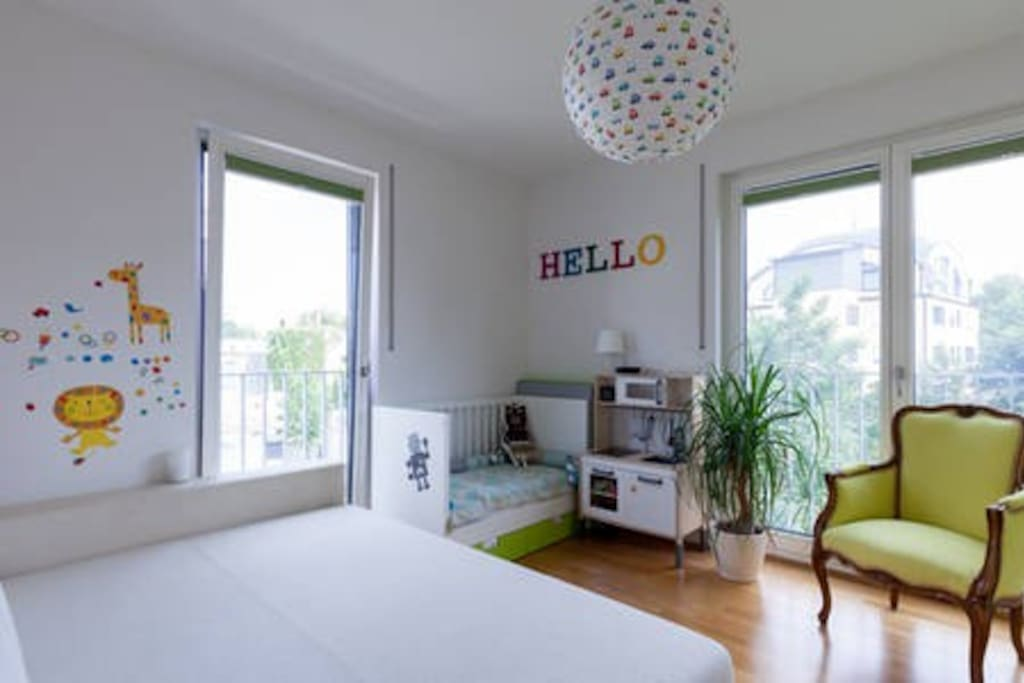 Kid´s room with cozy full-size bed + baby crib