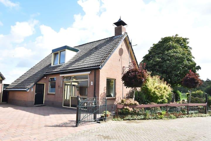 Bonita casa de vacaciones en Blokzijl Overijssel con jardín