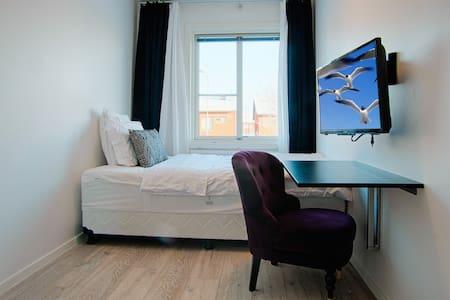 Cozy, light, freshly renovated room - สตอกโฮล์ม - บ้าน