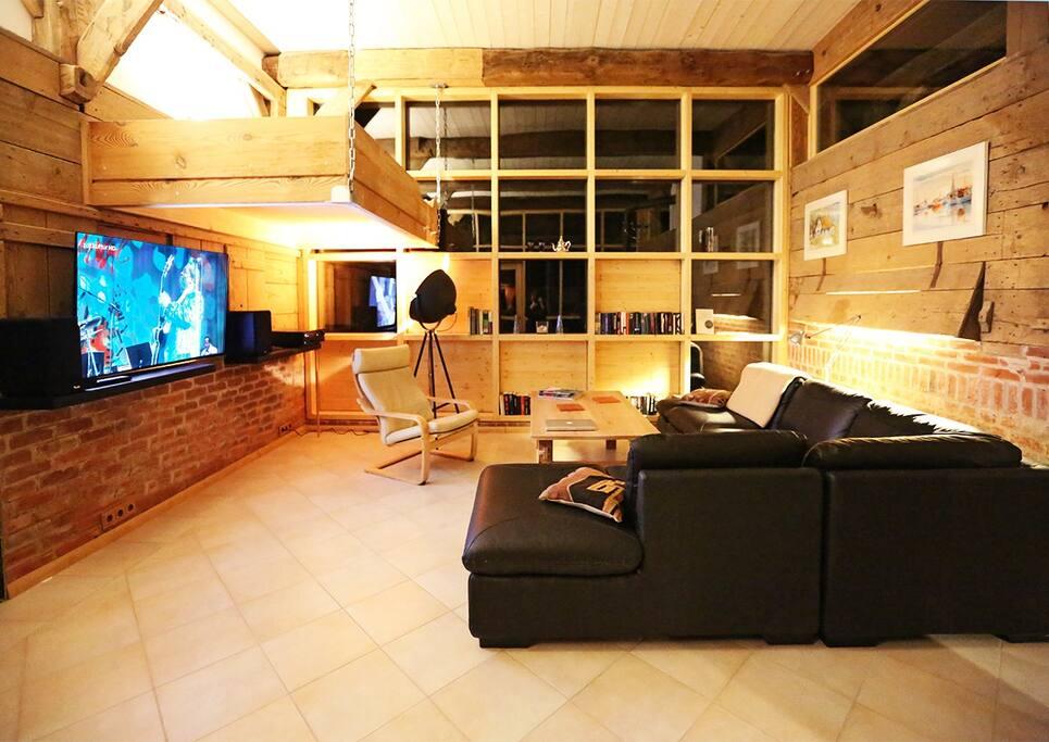 Gemütliche Sitzecke mit großem Kabel-TV