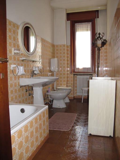 Bagno con vasca a disposizione. English Bathroom with bath are available