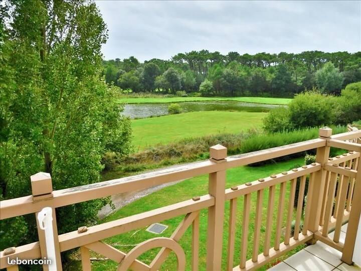 App.T2  balcon vue golf, point d'eau. Piscine grat