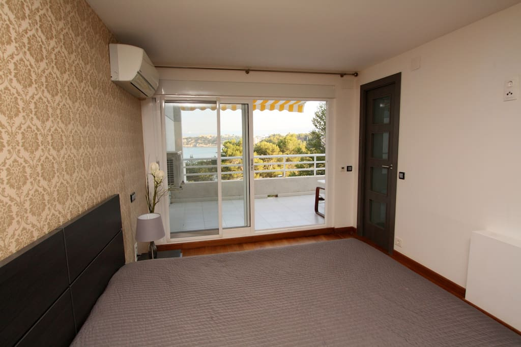 Suite bedroom with jet shower