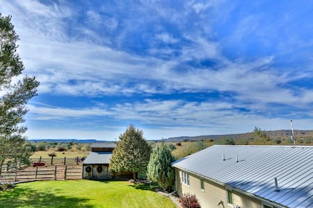 Expansive Ranch w/ Hot Tub+Deck, Bring your Horse!