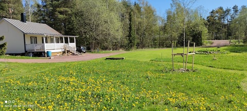 Acogedora cabaña, junto a campos y vacas felices.