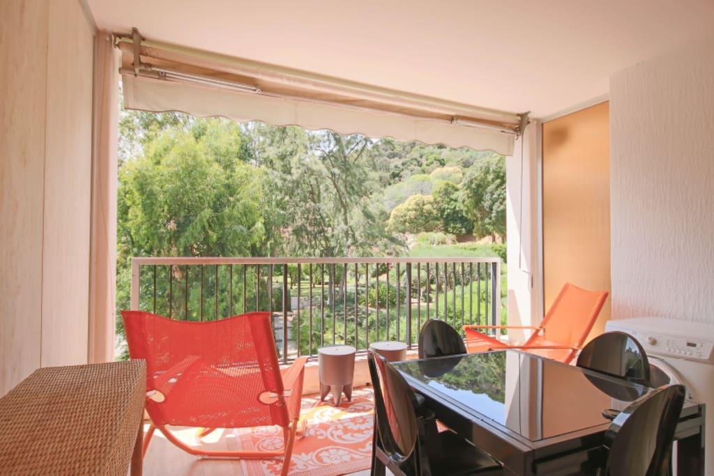 terrasse couverte et meublée avec vue sur le parc