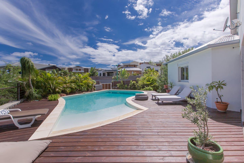 vaste piscine forme libre, revêtement silico-marbreux