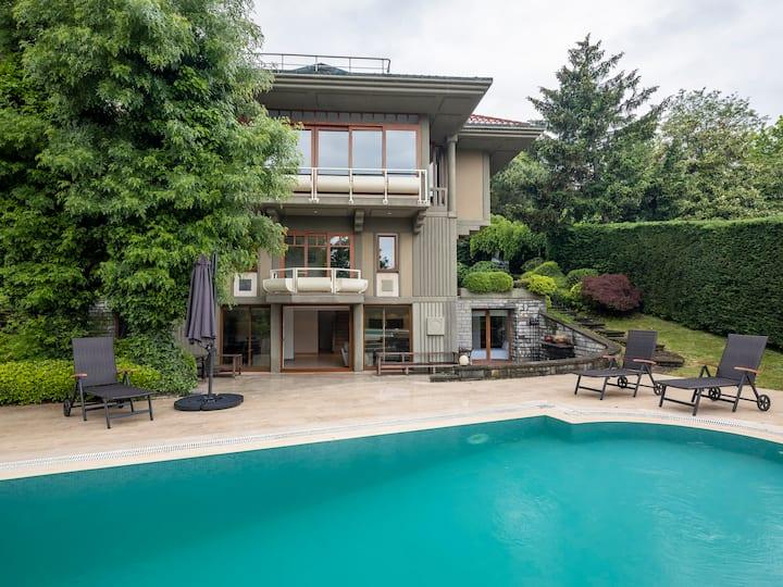 Grand Villa 6beds/5baths Private Pool/Garden!