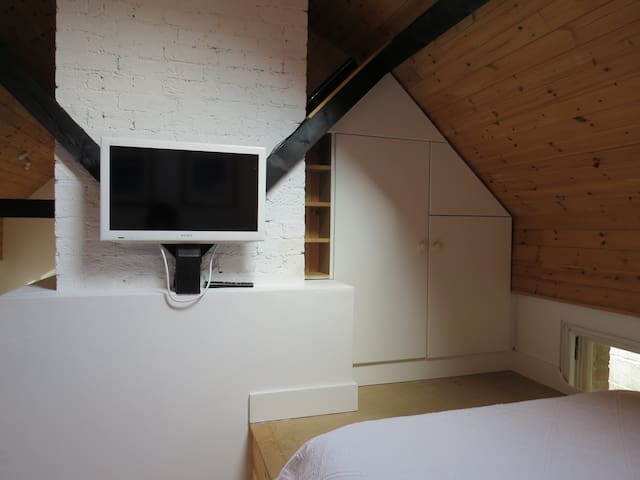 TV with FreeSat, wifi. Built in cupboard for hanging clothes, extra blankets & pillows etc.