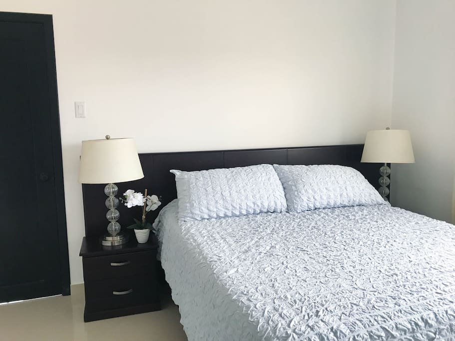 Bedroom 2 / Queen bed