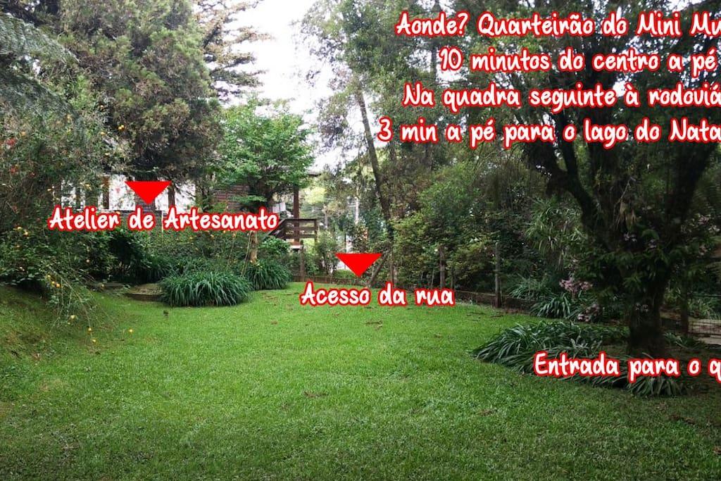 Este é o nosso jardim, espaçoso, antigo, onde está o seu quarto.
