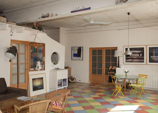 3/8 : Coin salle à manger, cuisine sur la gauche.