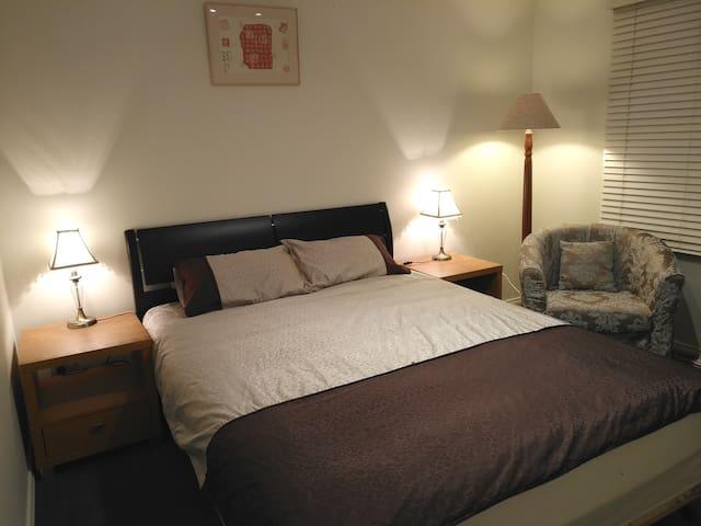 靠近Monash大学和南半球最大的购物中心(Chadstone )舒适明亮的房间