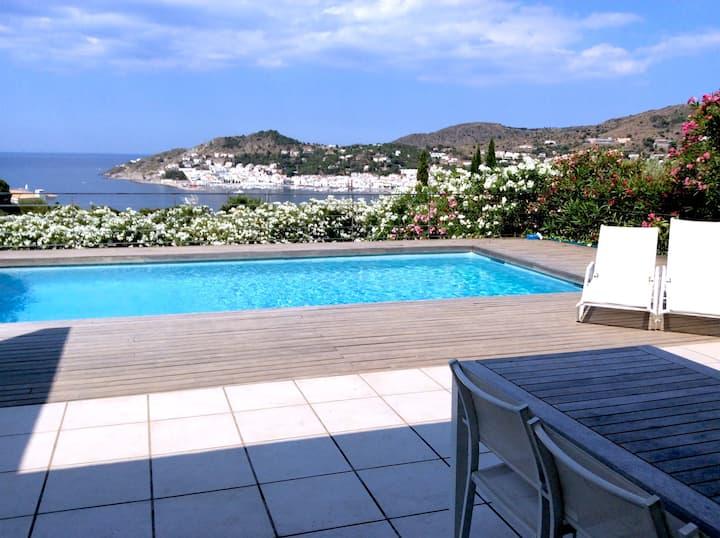Casa con piscina privada, césped y vistas al mar